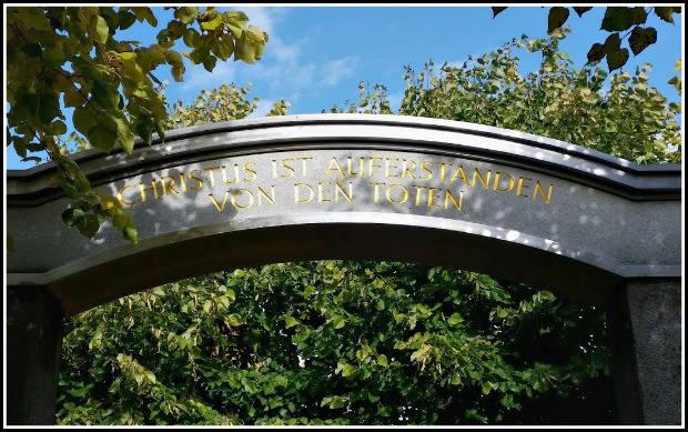 """Uvítací brána s nápisem """"Kristus vstal z mrtvých""""."""