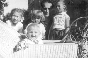 Mikuláš v kočárku, s tátou a sourozenci.